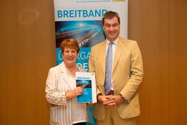 Finanzminister Dr. Markus Söder hängibt am 1. Juli 2016 den Breitbandförderbescheid an Bürgermesiterin Brigitte Meyerdierks aus